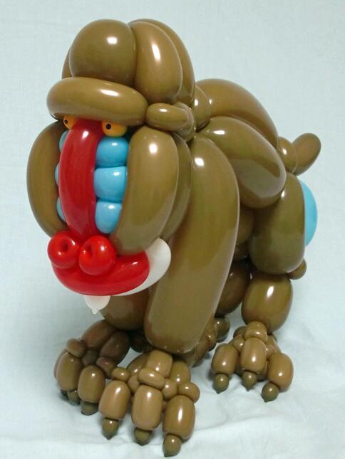 Hacen animales con globos