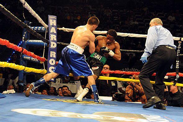 Con Savi indefenso en las cuerdas el juez paró la pelea.