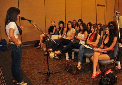 Las chicas deben perderle el miedo a los micrófonos, por eso todas habla...