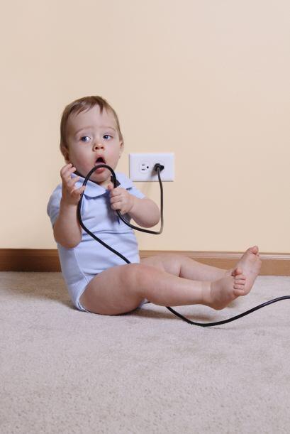 Cables tapados. Los bebés pueden morder los cables y alambres o jalarlos...
