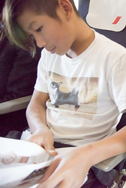 Captaron a Pax muy atento a las revistas del avión.