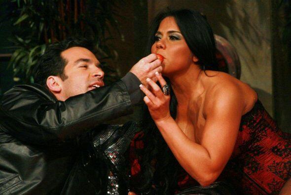 Maripily dejo que Dani le diera una probadita en la boca.