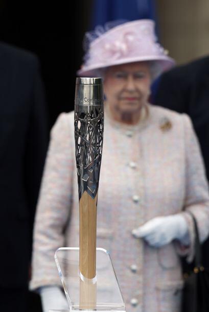 La reina Elizabeth II se encuentra Detrás de la antorcha de los Juegos d...