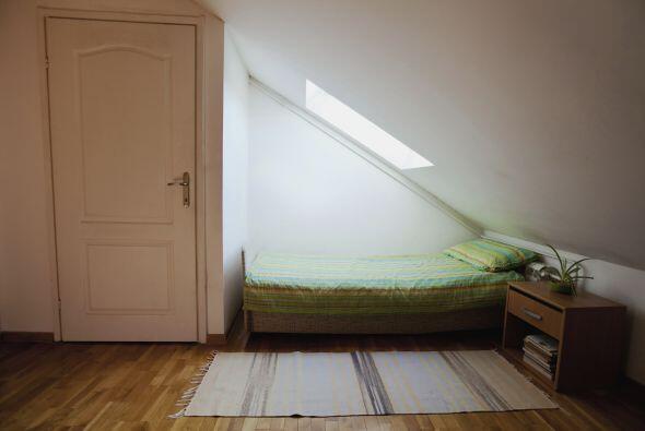 Organizar y decorar dormitorios pequeños puede ser un reto, pero con una...