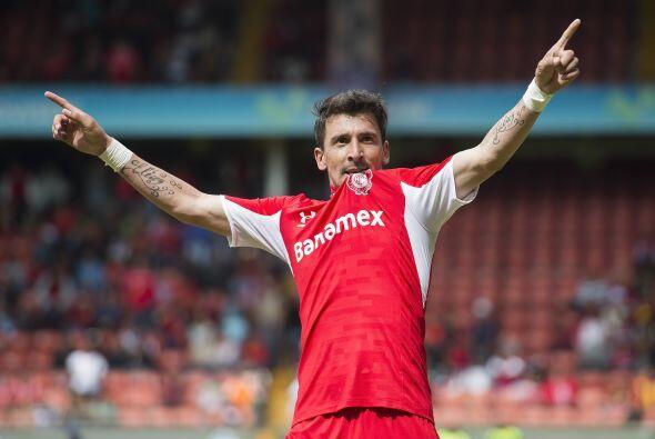 El delantero Edgar Benítez levanta la mano por Paraguay, el atacante de...