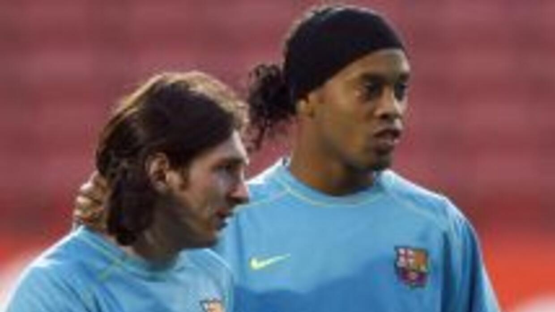 Imagen de Messi y Ronaldinho en un entrenamiento durante los primeros añ...