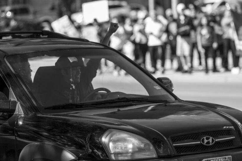 Cientos de personas salen a las calles de Austin para mostrar su apoyo a...