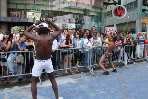 Dos hombres bailan durante el Día Nacional de la Ropa Interior en...