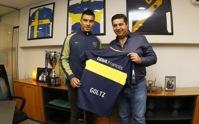 Paolo Goltz (izquierda) junto al presidente del Boca Juniors, Daniel Ang...