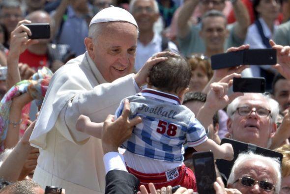 En esta foto el Papa bendice a Francis un pequeñito que se acerca a él c...