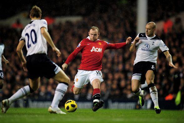 Wayne Rooney fue titular en el atque de su club, junto a Dimitar Berbato...