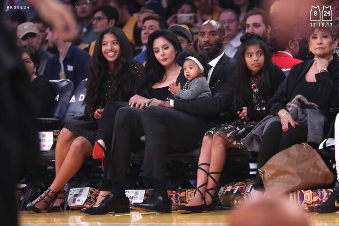 Kobe y su familia entera disfrutando del juego contra los Warriors en pr...