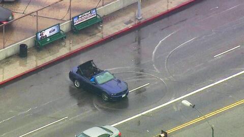 El auto hace acrobacias mientras está siendo perseguido por la policía
