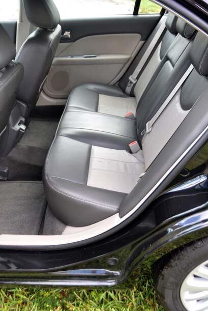 Los asientos poseen suaves cubiertas que resultan agradables al tacto y...