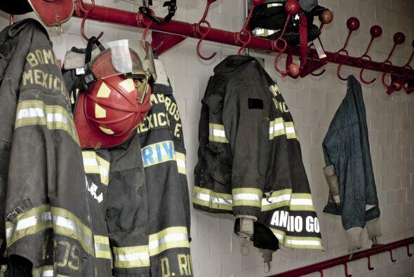 Y es que para este jefe de bomberos su ropa de bombero adecuada no son s...