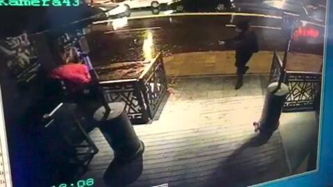 El atacante al momento de entrar a tiros en la discoteca Reina, captado...