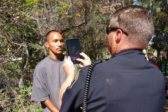 La policía de Chula Vista fotografía a un sospechoso para identificarlo...