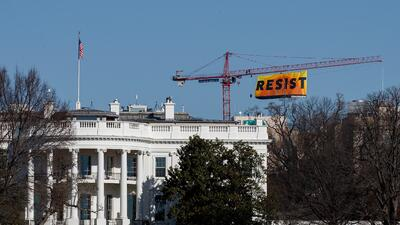 """""""RESISTE"""", la bandera colocada por Greenpeace junto a la Casa Blanca (FOTOS)"""