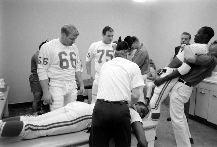 Kansas City Chiefs se estiran y reciben masaje antes del encuentro.