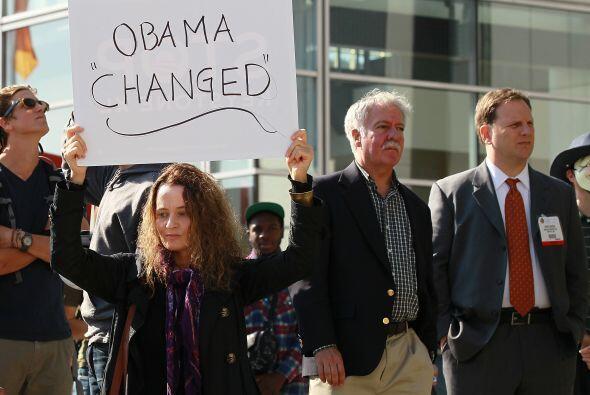 En el W Hotel, Obama fue recibido por varios cientos de manifestantes qu...