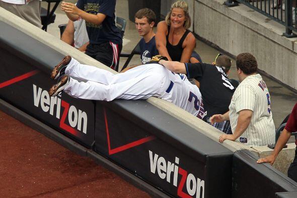 Justin Turner se metió hasta las gradas para atrapar una bola en terreno...