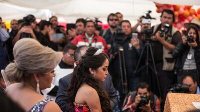 La joven Rubí Ibarra acompañada de sus padres ante decenas de periodista...