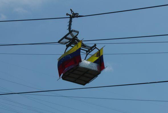 """Y hacia el cerro más alto de Caracas, un """"teleférico"""" cubierto por bande..."""