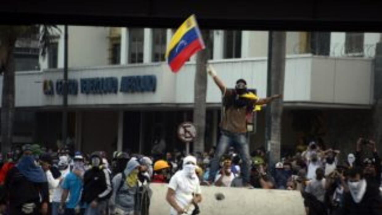 Un grupo de opositores protesta en medio de Caracas contra el gobierno d...