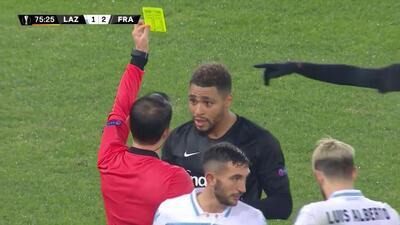 Tarjeta amarilla. El árbitro amonesta a Simon Falette de Eintracht Frankfurt
