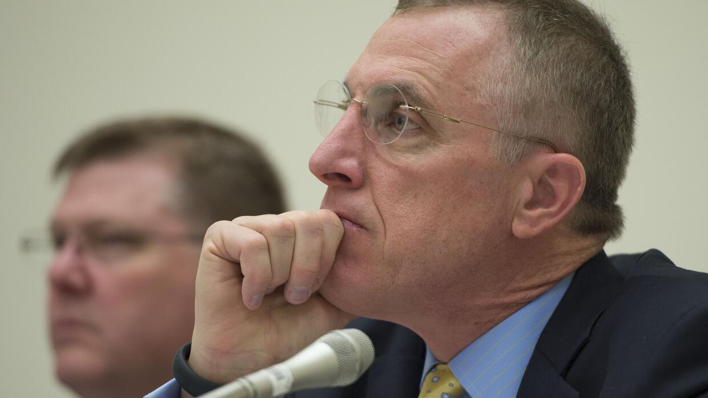 El republicano Tim Murphy escucha un testimonio en Capitol Hill, en Wash...