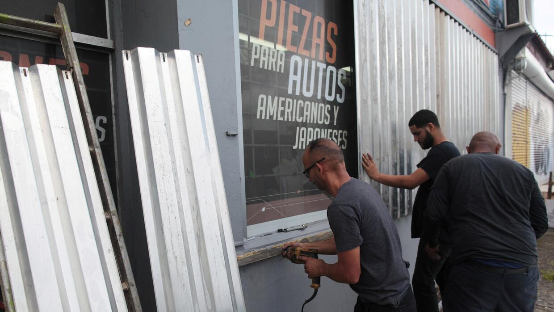 Un grupo resguarda un negocio en San Juan.