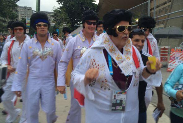 El Gordo no se quedó atrás y se disfrazó de Elvis Presley, como este gru...