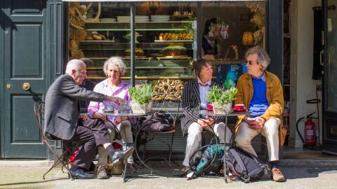 Un grupo de adultos mayores en Londres.