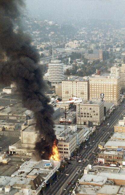Un helicóptero sobrevuela un edificio que se incendiaba en Hollywood el...