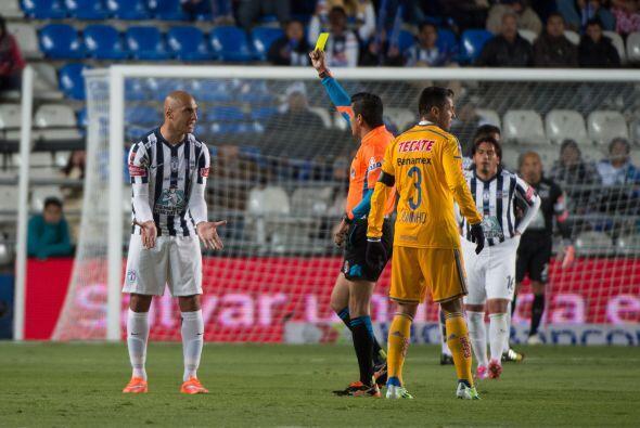Ariel Nahuelpan es amonestado por el árbitro Miguel Ángel Chacón, tras u...
