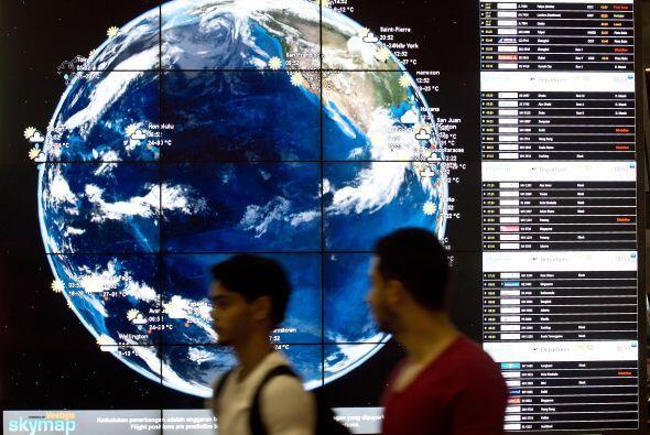 Imágenes de las pantallas en el aeropuerto Internacional de Kuala Lumpur.