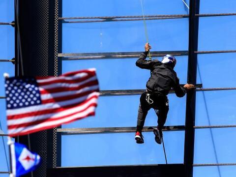Un miembro de la tripulación de Oracle equipo de EEUU hace ajuste...