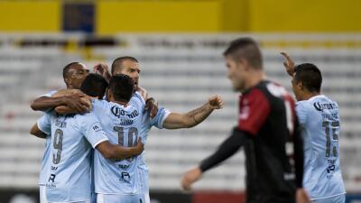 Emanuel Villa festeja uno de los goles de Gallos.