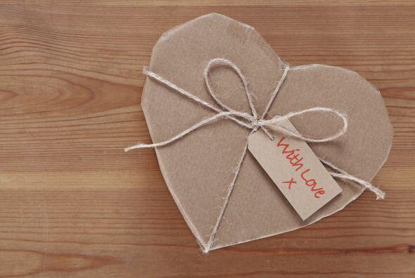 Cajas de corazón. Puedes comprar estas cajas de papel maché ya hechas y...