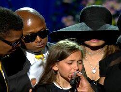 Las lágrimas de Paris Jackson en el funeral de su papá dieron la vuelta...