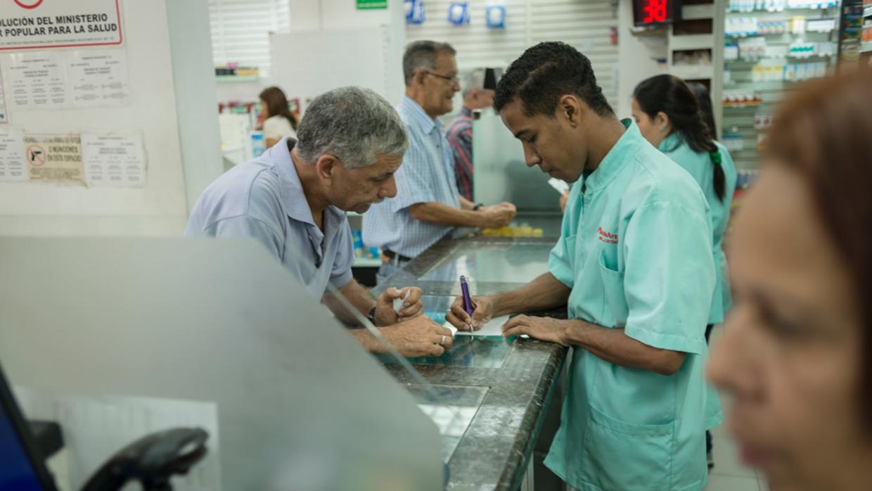 Los clientes llevan hasta cinco opciones de medicamentos a ver si alguna...