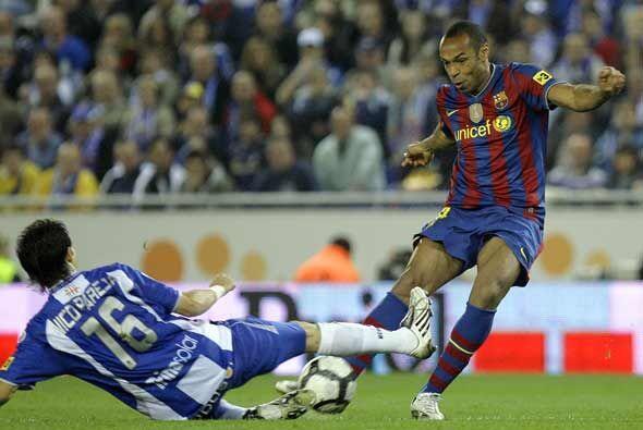Thierry Henry también salió en la segunda mitad en busca del gol que no...