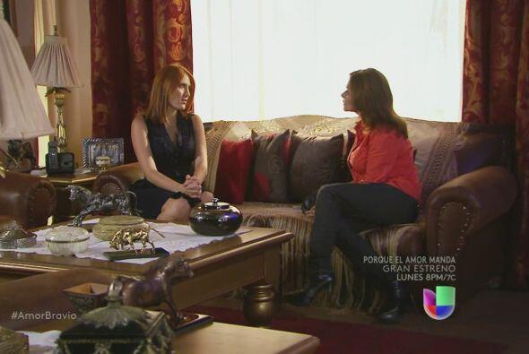 Amanda le pide a Iliana que le haga saber todo lo que ha escuchado sobre...