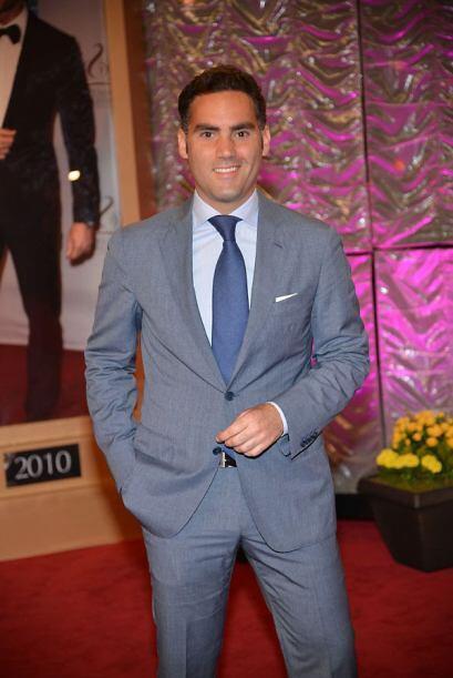 Enrique Acevedo muy elegante.