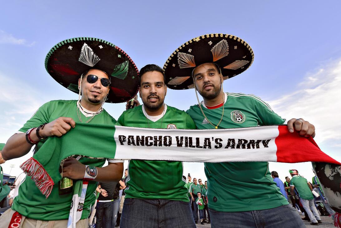 La fiesta de los mexicanos en el partido contra Islandia 20170208_2125.jpg