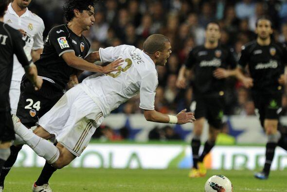 El fuerte marcaje del Valencia incomodaba a los 'merengues'.