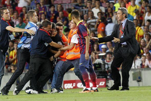 También se llevó un susto cuando un hinch del Barcelona se lanzó al camp...