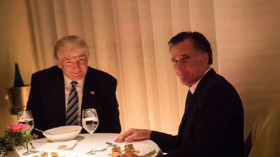 Donald Trump y Mitt Romney cenan en Nueva York en noviembre de 2016, cua...