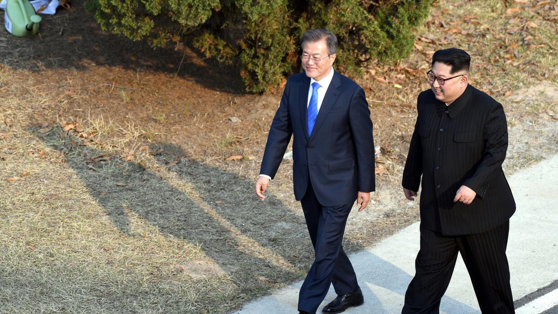 El presidente de Corea del Sur, Moon Jae-in (izquierda) y el líder norco...