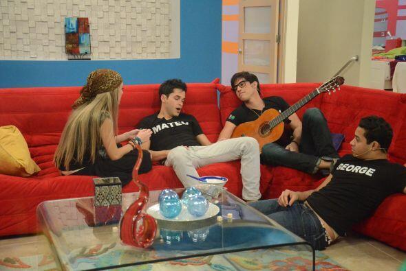 Otros subieron a la sala a escuchar las caciones de Alex en su guitarra.